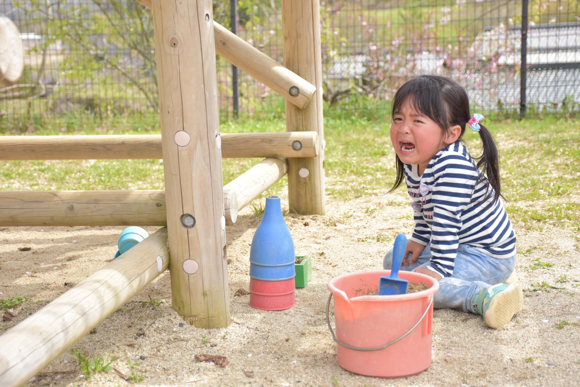 公園で泣く女の子